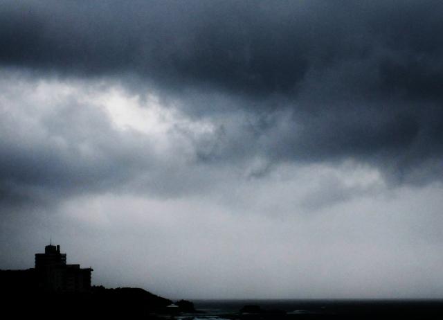 嵐が来る前の曇った空