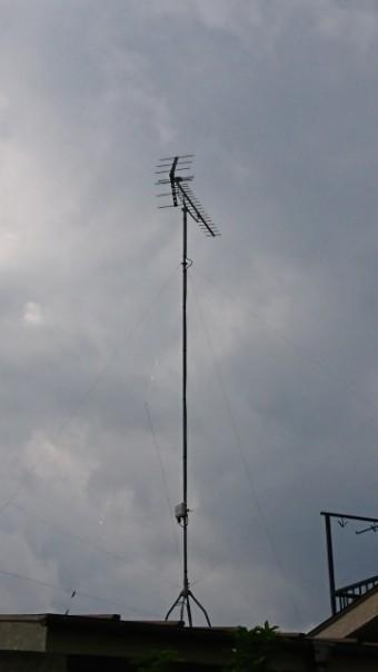 曇りの空の下の屋根の上のアンテナ