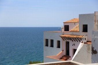 ススペイン瓦を使った海辺の家