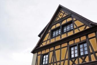 イエローカラーの木組みの家