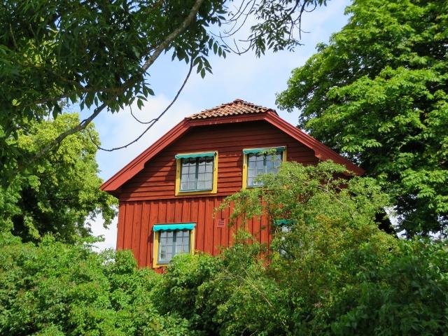 赤い木で覆われたスウェーデンの住宅
