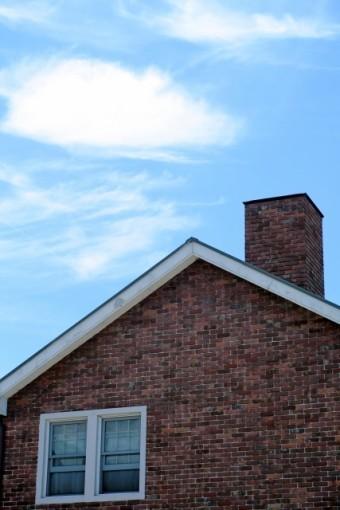 赤いレンガの壁の三角屋根のお家