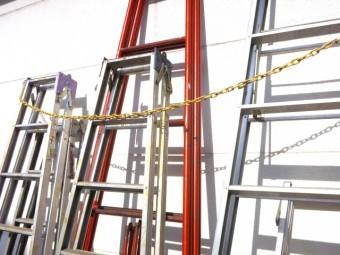 たくさん並べられた色々な梯子
