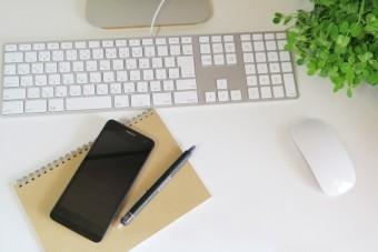 デスクに置かれているスマホとパソコン