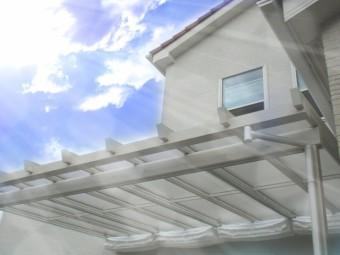 新築のお家の白いテラス屋根