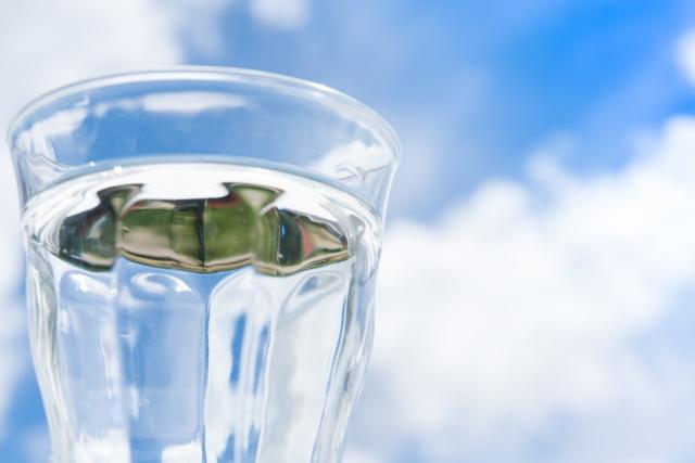 ガラスのコップに注がれた透明な水