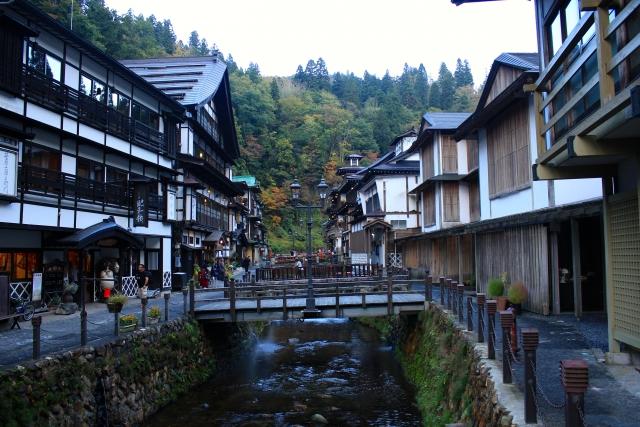 旅館が立ち並ぶ通りの風景