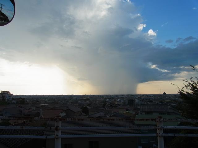 遠方で雲が垂れ下がり、大雨になっている様子