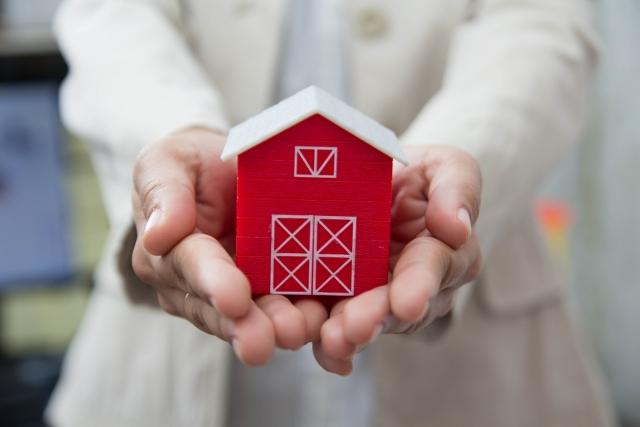 手で包み込んだ家の模型