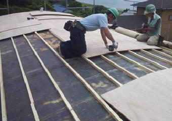 半円の屋根には野地板を新設